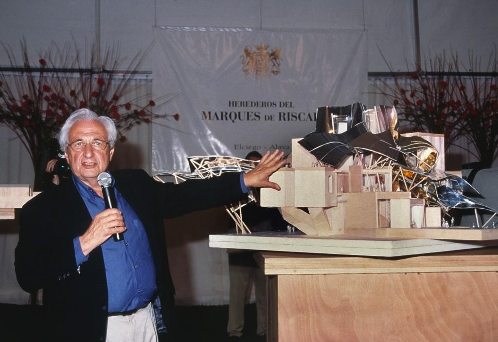 Frank O. Gehry y la maqueta del proyecto Ciudad del Vino: Marqués de Riscal.