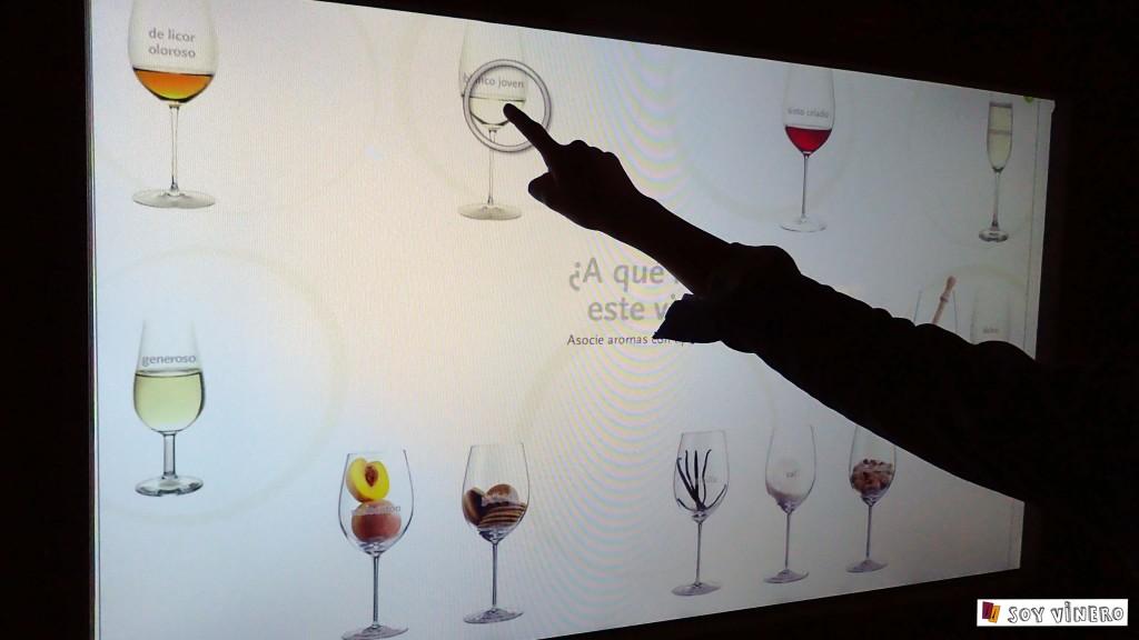 Pantallas interactivas sobre los aromas y matices del vino. Sala 3. La bodega el sueño. Museo Vivanco de la Cultura del Vino.