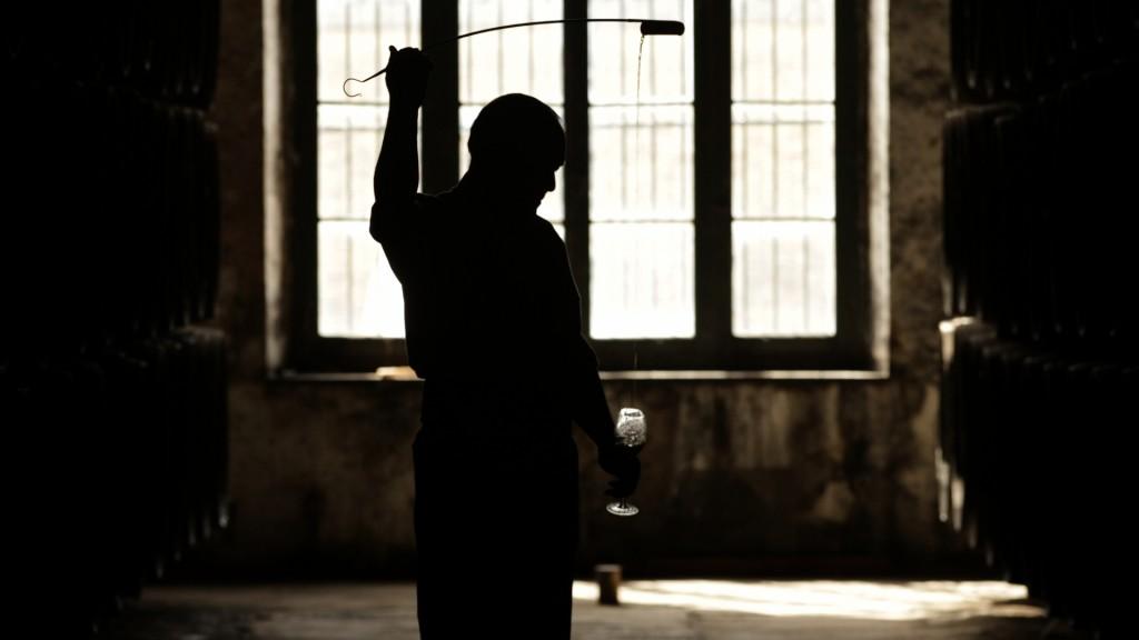 La venencia. Fotograma del documental 'Jerez y el misterio del Palo Cortado' dirigido por José Luis López-Linares.