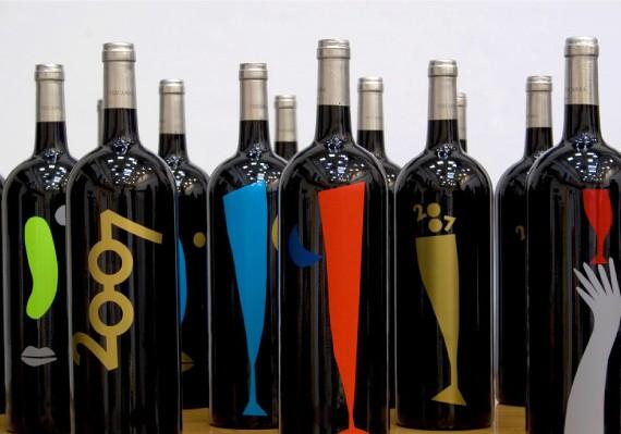 """""""En las Navidades de 2007 se recortaron y pegaron a mano figuras en vinilos para decorar 300 botellas de vino que regalaría el estudio"""", recuerda Manuel Estrada."""