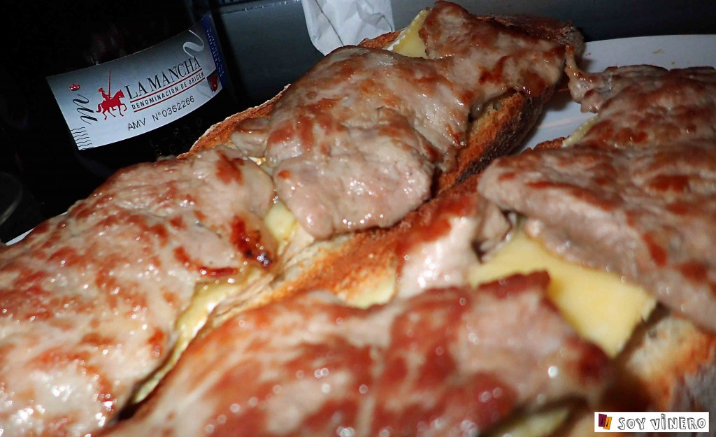 Tosata de solomillitos con queso brie y vino tinto D.O. La Mancha.