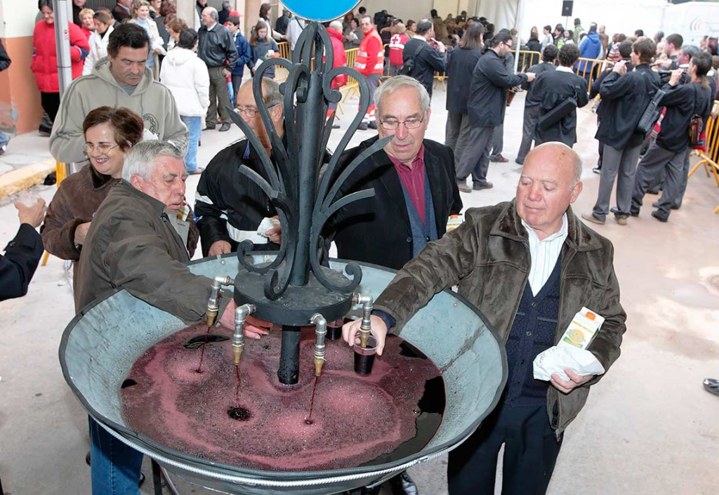 Burrianenses y visitantes en la Fuente del Vino.