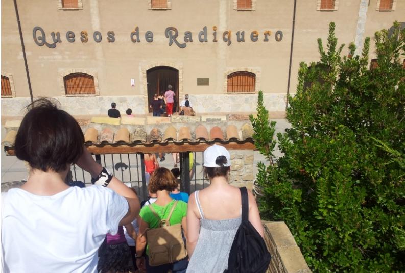 El Bus del Vino Somontano visita quesos de Radiquero.