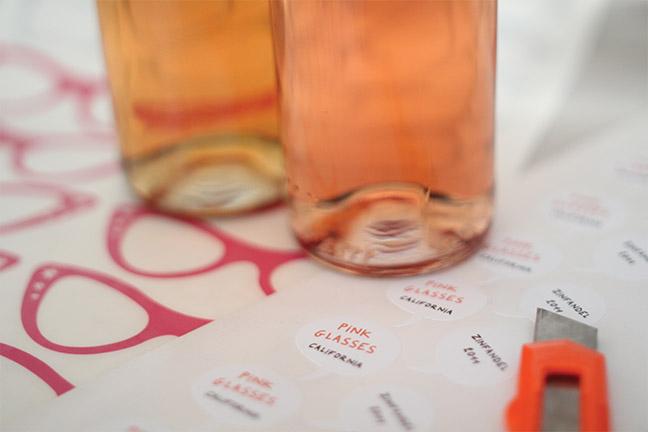 Trabajos manuales para las etiquetas de 'Pink Glasses'.