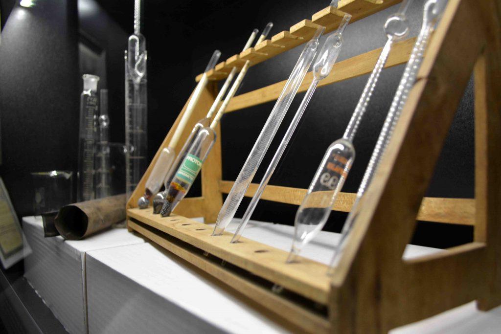 Implementos del laboratorio. Casa del Mármol y del Vino de Pinoso.