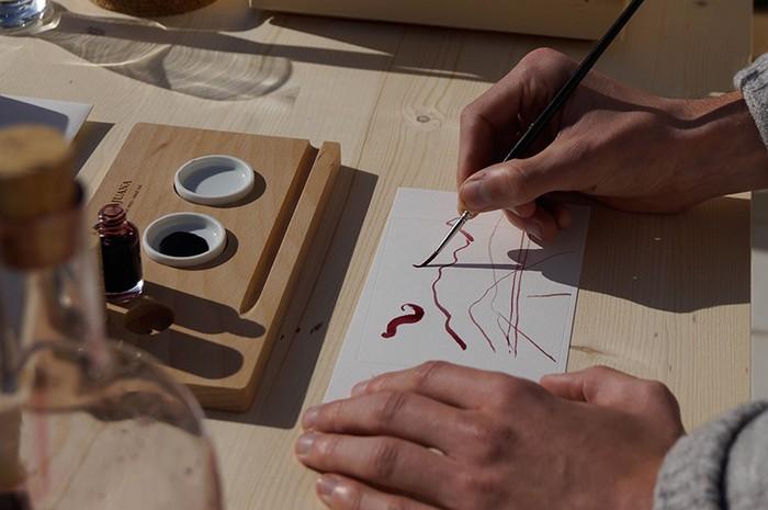 Crea tus propias etiquetas de vino con 'DamaJuana. Tinta de vino'.
