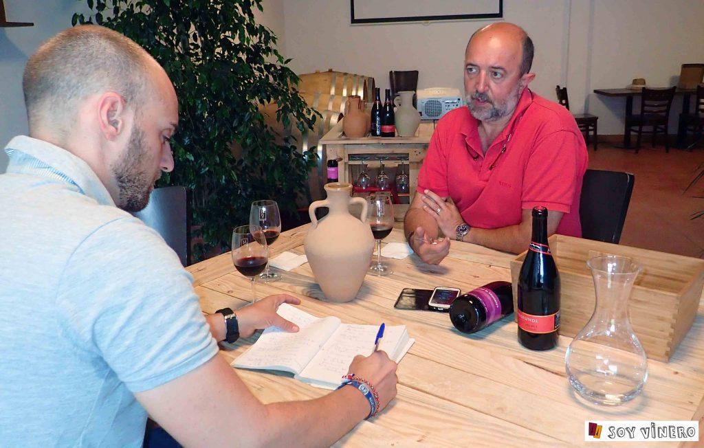 Soy vinero entrevistando a Juan Cascant, copropietario de el 'Celler de la Muntanya'.
